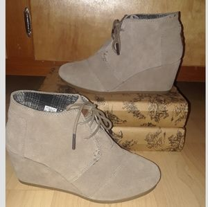 TOMS Desert wedge tan lace up bootie